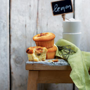 MUFFINS ME ΛΕΜΟΝΙ ΚΑΙ ΤΑΧΙΝΙ (συνταγή της Πέννυς Παυλίδου από το βιβλίο Delicious Cupcakes & Muffins)