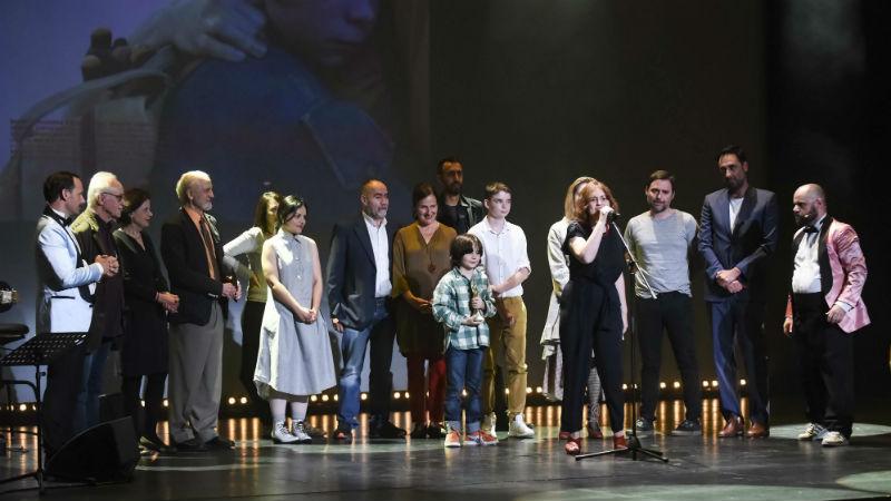 Η Ελίνα Ψύκου και το συνεργείο της ταινίας  «Ο Γιος της Σοφίας» παραλαμβάνουν το βραβείο καλύτερης ταινίας / © Studio Kominis Photography