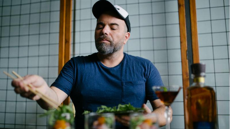Ο Βασίλης Καλλίδης κάτι «μαγειρεύει» με τα Nikka Whisky